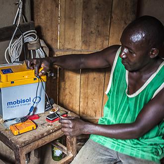 Bonde med Mobisolbatteri i Rwanda.
